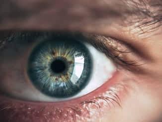 आंखें या दिल